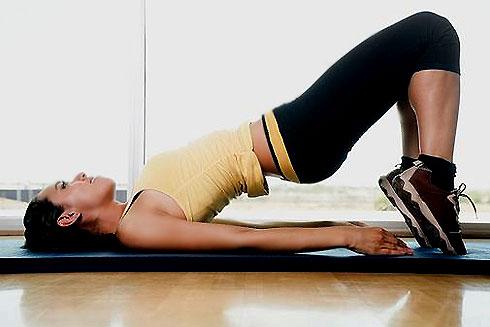 Động tác nâng chân, nâng hông giúp bạn có 1 cặp mông to, tròn như ý