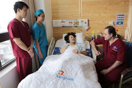 Phi Thanh Vân được bác sỹ thăm khám tận tình trong phòng hậu phẫu