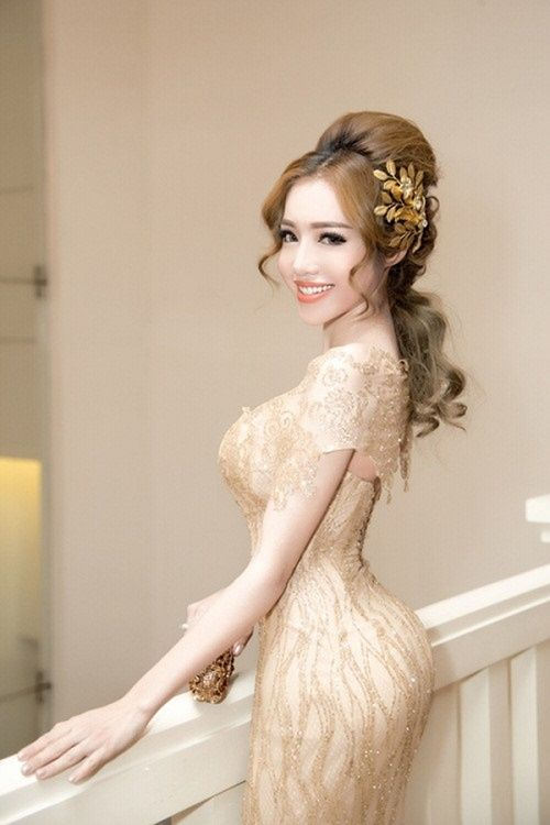 Elly Trần nổi bần bật với vòng 3 đẹp cuốn hút