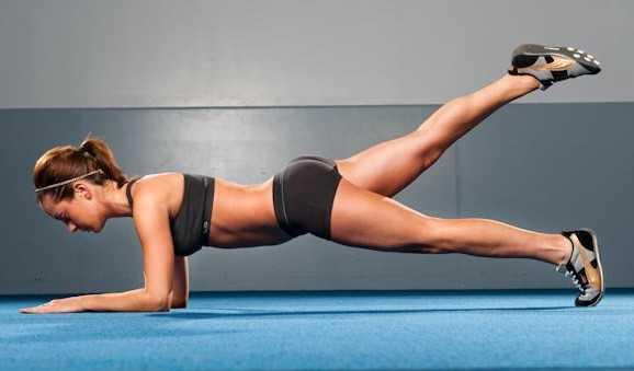 Bài tập giúp tăng vòng 1 và 3 hiệu quả nhờ động tác đá chân sau