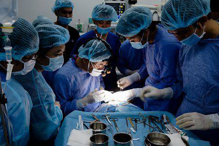 Ê-kip 8 bác sĩ chính và y tá riêng hùng hậu thực hiện ca đại phẫu của Phi Thanh Vân