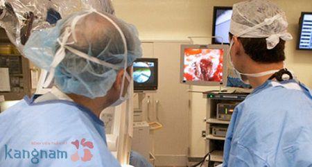 Bác sỹ tiến hành nâng mông kết hợp đặt túi và cấy mỡ