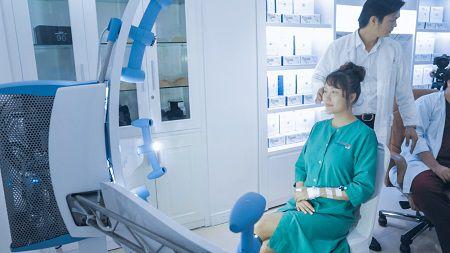 Bác sỹ thăm khám cho Phi Thanh Vân trước khi thực hiện phẫu thuật
