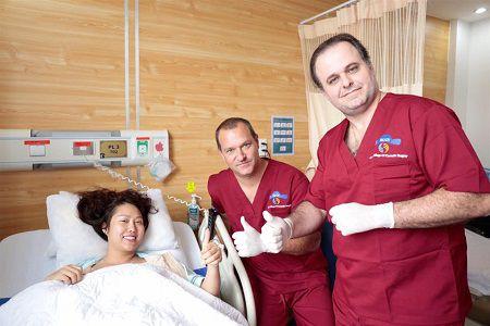 Bác sỹ luôn theo dõi và hỏi thăm về tình trạng sau nâng mông của Phi Thanh Vân